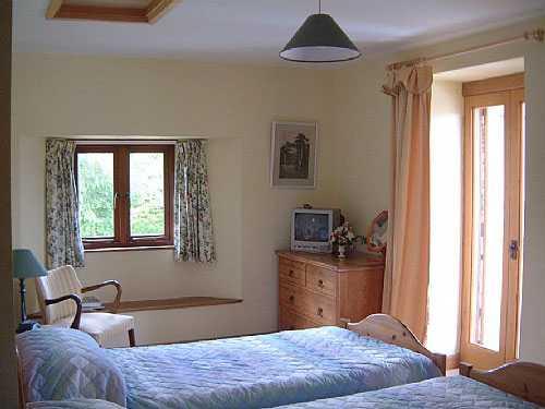 Около спального места не должно находиться острых углов, а над изголовьем нависающих предметов полок, светильников, картин