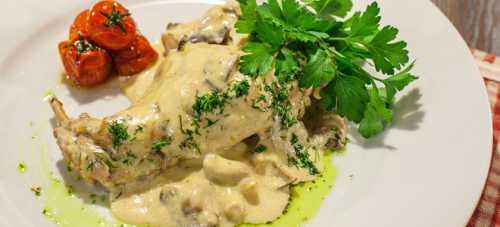 Кальмары в сметанном соусе с луком, грибами и с чесноком